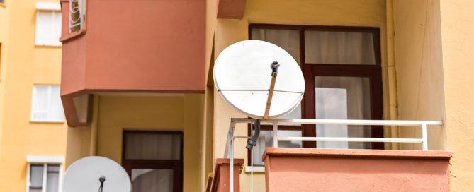 Parabolantennenanbringung auf Balkon eines ausländischen Mieters